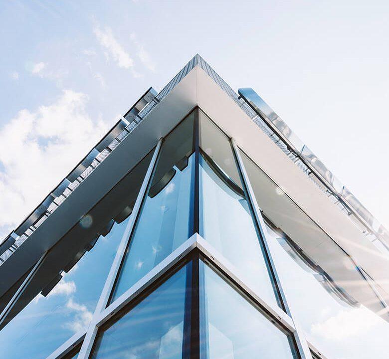Edificio rascacielos de oficinas